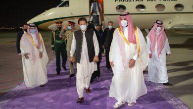 صورة سمو ولي العهد في مقدمة مستقبلي دولة رئيس وزراء باكستان لدى وصوله المملكة